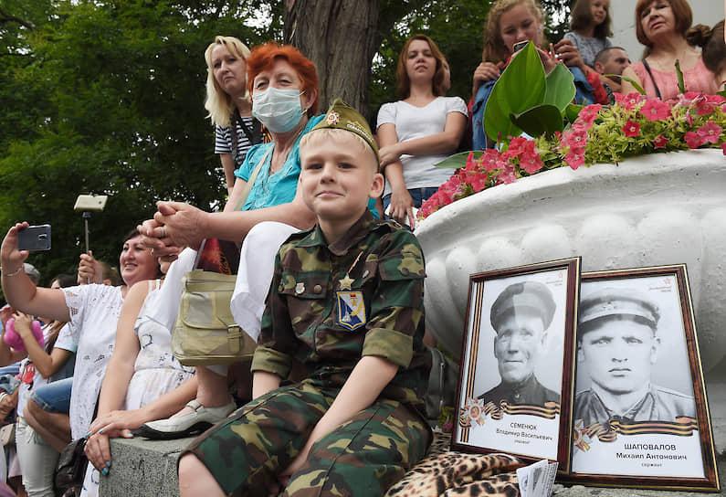 Зрители на параде в Севастополе
