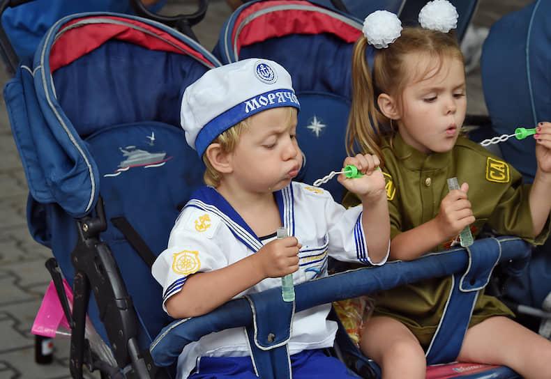 Дети в колясках во время парада в Севастополе