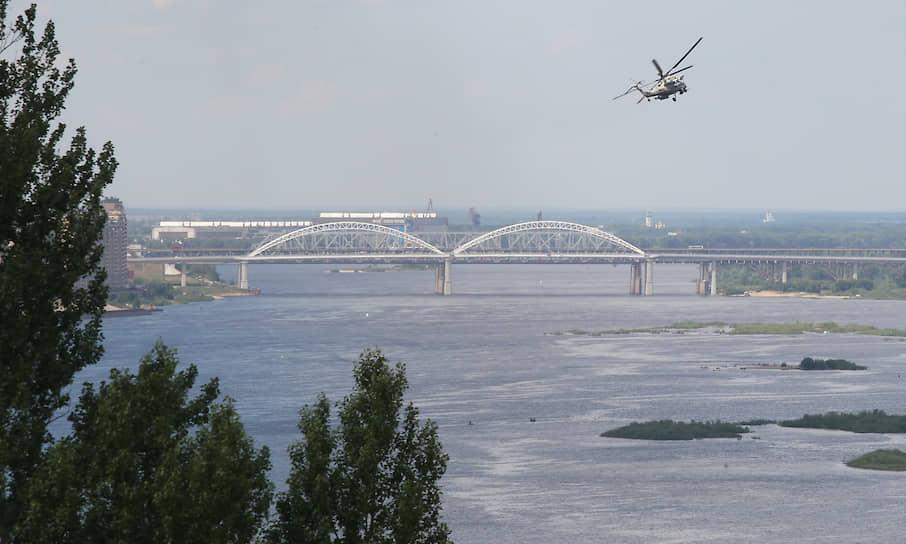 Вертолет во время парада в Нижнем Новгороде