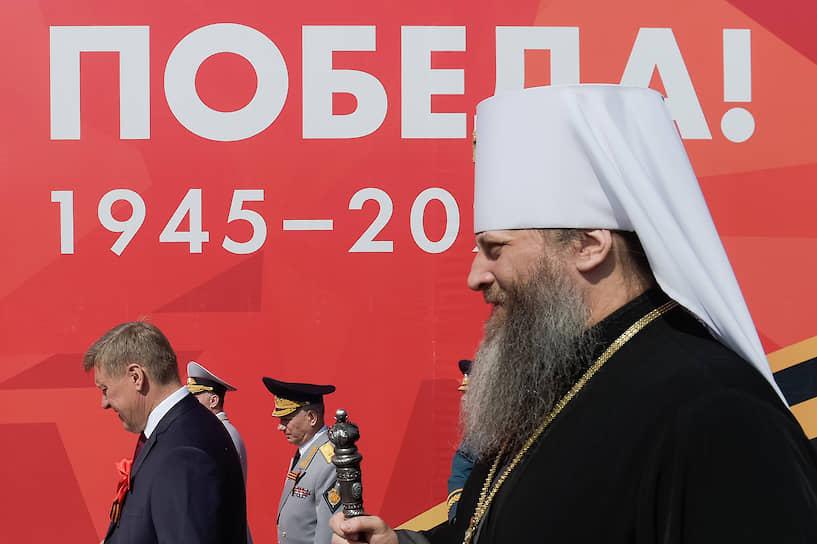 Митрополит Новосибирский и Бердский Никодим (справа) и мэр Новосибирска Анатолий Локоть на военном параде