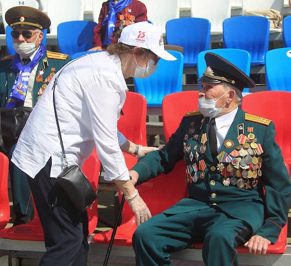Ветераны на зрительской трибуне во время парада в Ростове-на-Дону