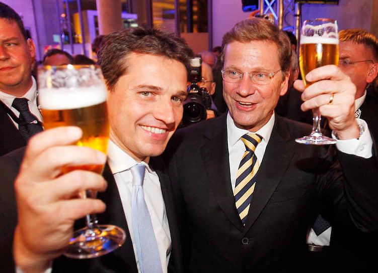 17 сентября 2010 года глава МИД Германии Гидо Вестервелле (справа) зарегистрировал гражданское партнерство со своим бойфрендом Михаэлем Мронцем. В марте 2016 года господин Вестервелле скончался от последствий лейкемии