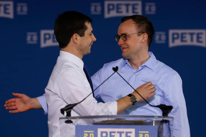 Экс-кандидат в президенты США от демократов, бывший мэр Саут-Бенда Пит Буттиджич (слева) и учитель средней школы Частен Глезман заключили брак 16 июня 2018 года на закрытой церемонии. Мужчины встречались с 2015 года