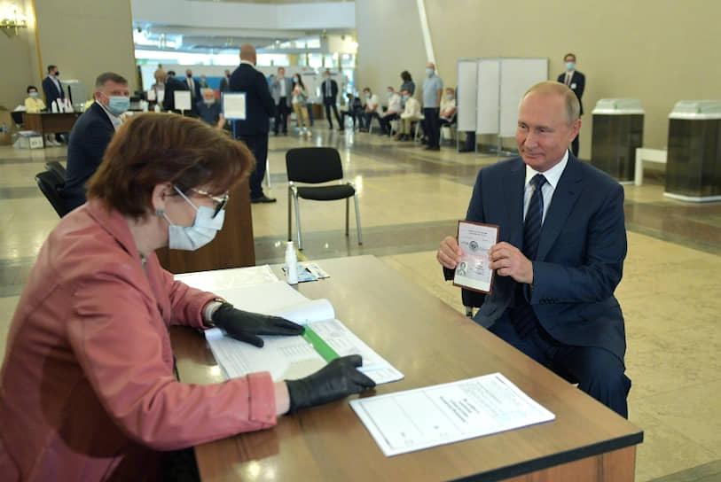 Президент РФ Владимир Путин во время голосования на избирательном участке №2151 в здании Российской академии наук