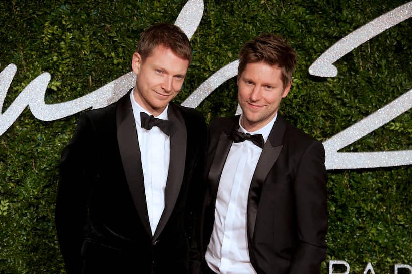 Бывший генеральный директор Burberry Кристофер Бэйли (справа) и актер Саймон Вудс состоят в отношениях с 2009 года. В браке — с 2012 года. Мужчины воспитывают двух дочерей