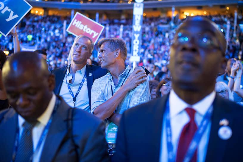 21 июня 2014 года конгрессмен США Шон Патрик Мэлони (второй слева) оформил отношения со своим бойфрендом Джином Рэнди Флорком (второй справа). До этого мужчины жили вместе 22 года. Пара воспитывает трех приемных детей