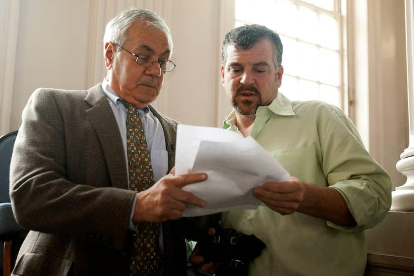 В июле 2012 года член Палаты представителей Конгресса США демократ Барни Фрэнк (слева) заключил брак со своим партнером Джеймсом Риди (справа). Он стал первым действующим американским конгрессменом, зарегистрировавшим однополый союз