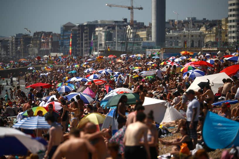 Брайтон, Великобритания. Люди отдыхают на пляже