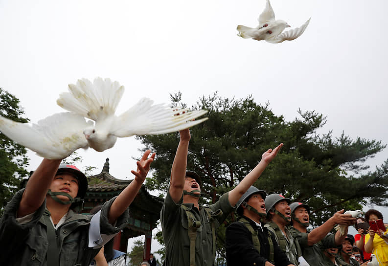 Чхорвон, Южная Корея. Солдаты выпускают голубей во время церемонии, посвященной 70-летию Корейской войны