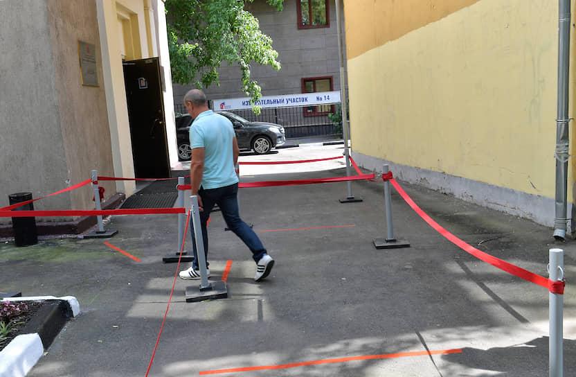 По требованию Роспотребнадзора в местах голосования были установлены ограждения и нанесена разметка для соблюдения социальной дистанции