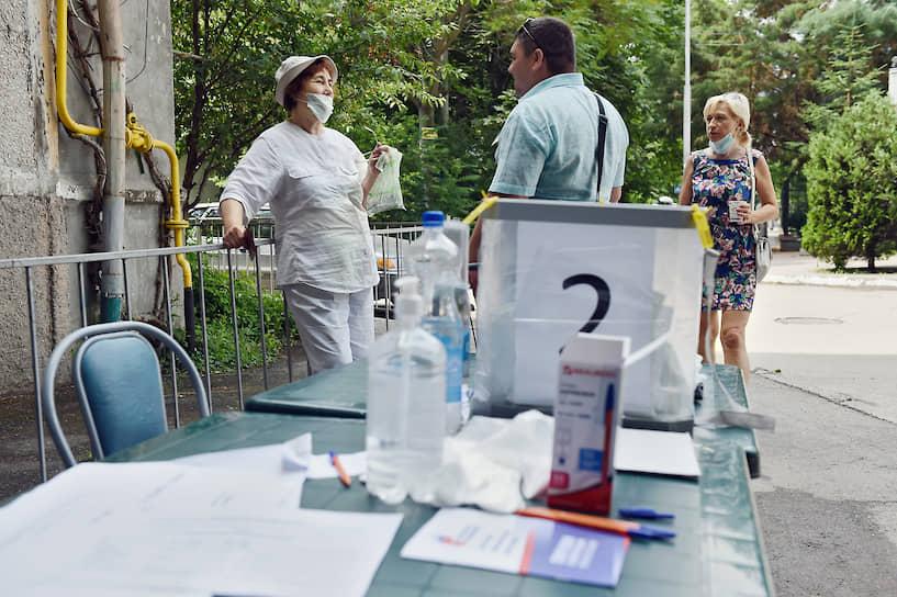 Стол для регистрации избирателей в Ялте, вынесенный на улицу