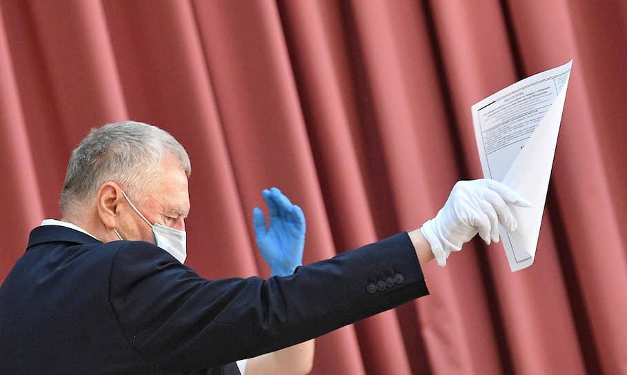Лидер ЛДПР Владимир Жириновский во время голосования на избирательном участке