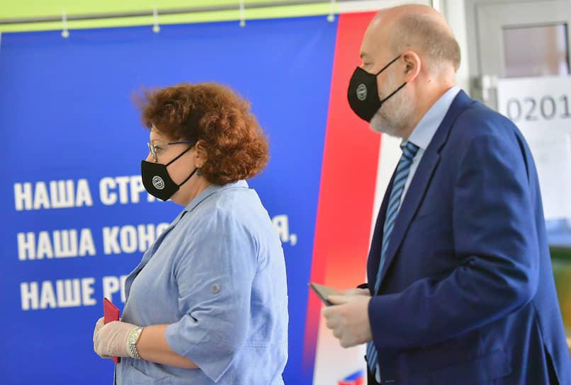 Председатель комитета Госдумы по гражданскому, уголовному, арбитражному и процессуальному законодательству Павел Крашенинников во время голосования