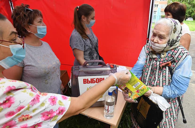 Голосование в палаточной участковой избирательной комиссии на улице Веллинга в Подольске