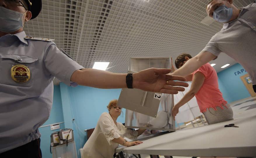 """Сотрудники полиции и избирательной комиссии препятствуют съемке фотографа """"Ъ"""""""