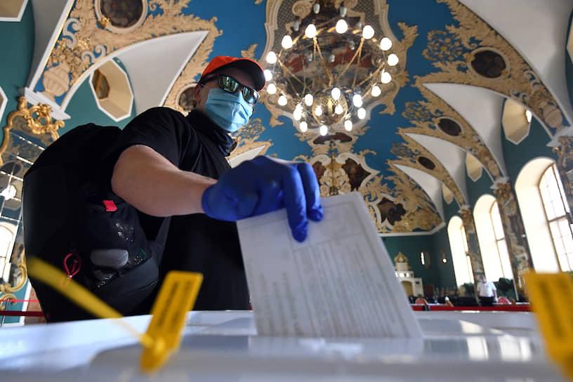 Голосование на избирательном участке в ВИП-зале ожидания Казанского вокзала
