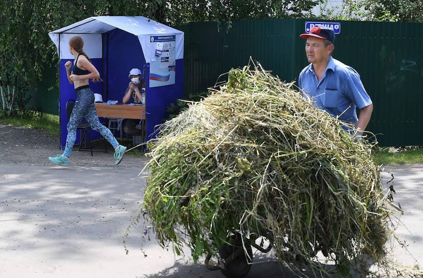 Агитационная палатка перед входом на участок в Домодедово