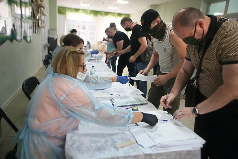 Жители Донецкой народной республики (ДНР), имеющие российские паспорта, во время голосования на избирательном участке в селе Куйбышево Ростовской области