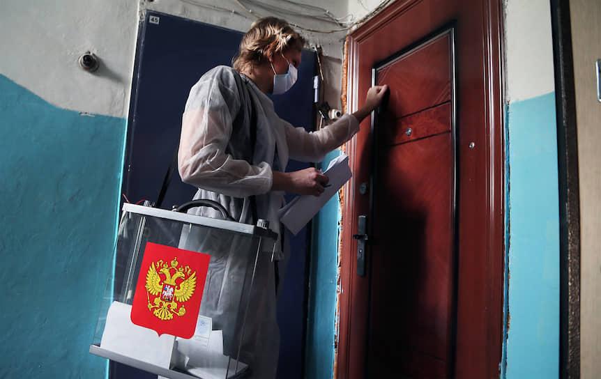 Сотрудник избирательной комиссии Самары с мобильной урной для голосования на дому