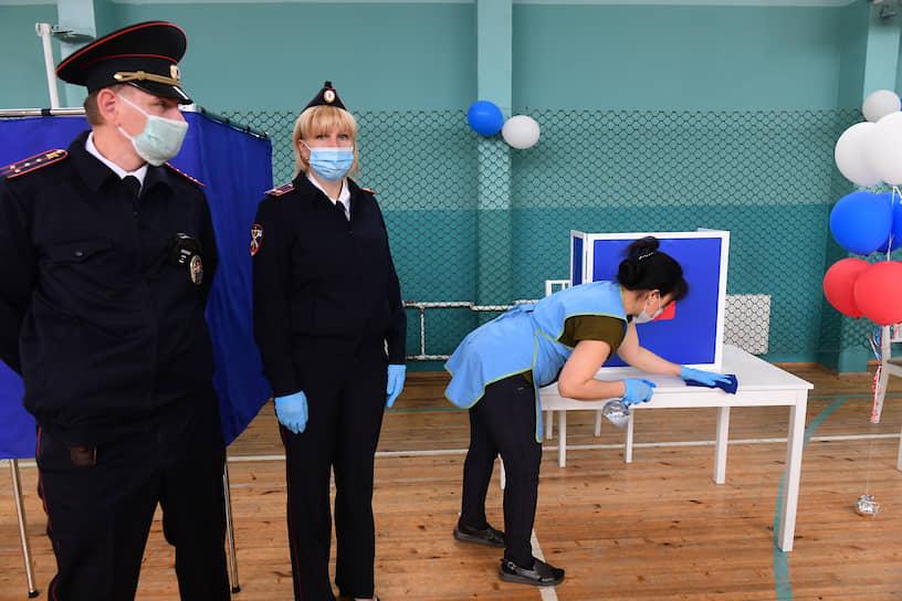 Дезинфекция избирательного участка в последний день голосования
