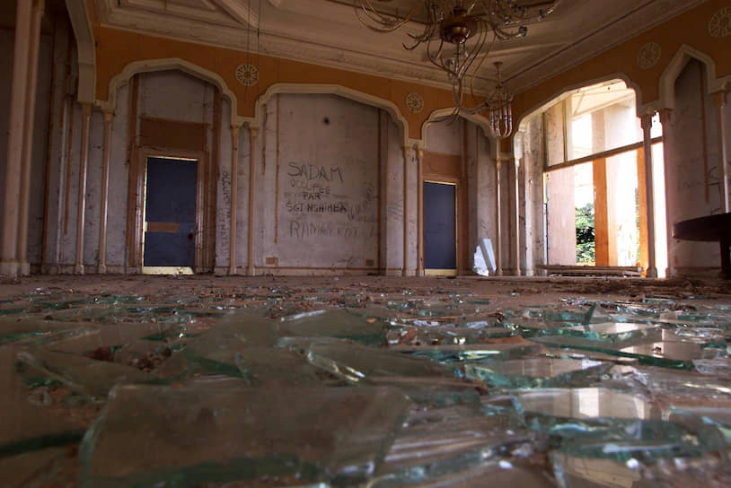 Бывший дворец Мобуту в Гбадолите был разграблен повстанцами, свергнувшими диктатора. Сохранились только люстры, которые слишком тяжело было снять, и статуи леопардов, которые слишком тяжело было унести