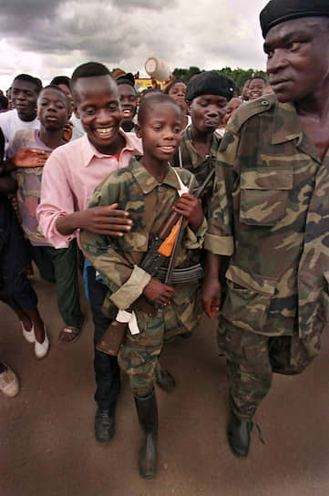 В обеих конголезских войнах участвовали дети-солдаты. Под командованием Лоран-Дезире Кабилы в момент его прихода к власти служили около 10 тыс. несовершеннолетних бойцов