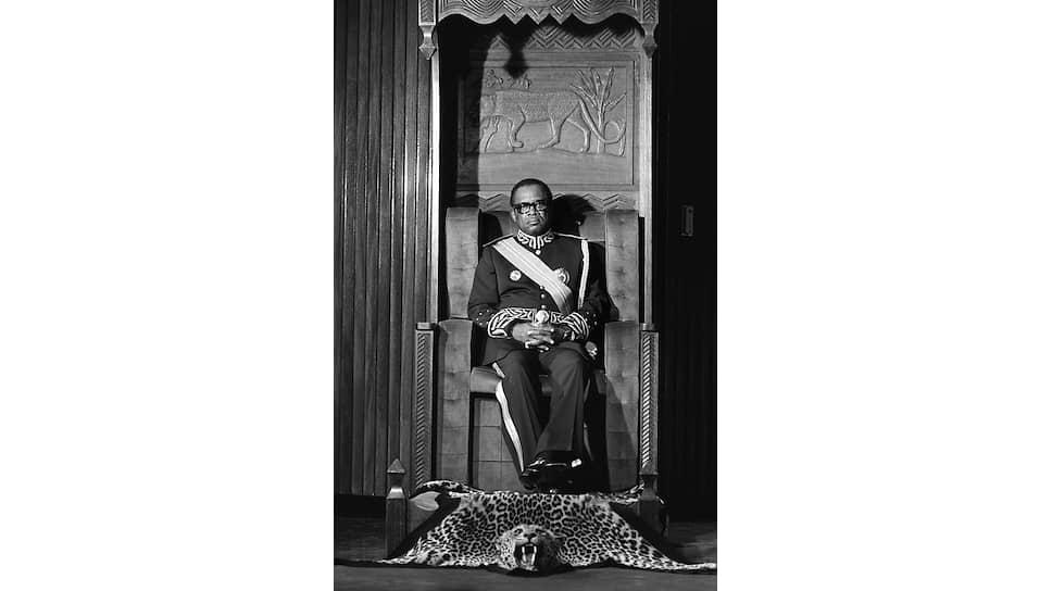 Шкура леопарда перед троном символизирует глубокую приверженность главы государства африканским традициям. Именно такой должен занимать Леопард, Отец нации, Мессия, Спаситель народа, Верховный боец и Великий стратег