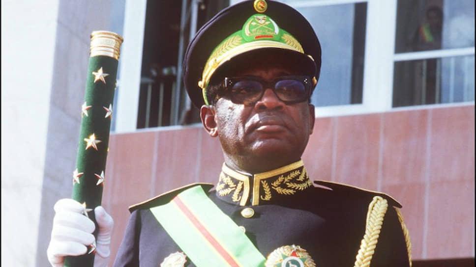 Мобуту Сесе Секо приносит присягу после избрания президентом страны на третий семилетний срок. Лента и знак на левой груди указывают, что их обладатель — Кавалер Большого креста Национального ордена Леопарда, высшей награды Конго-Заира