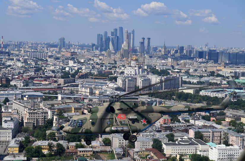Москва. Вертолет в небе над городом во время парада