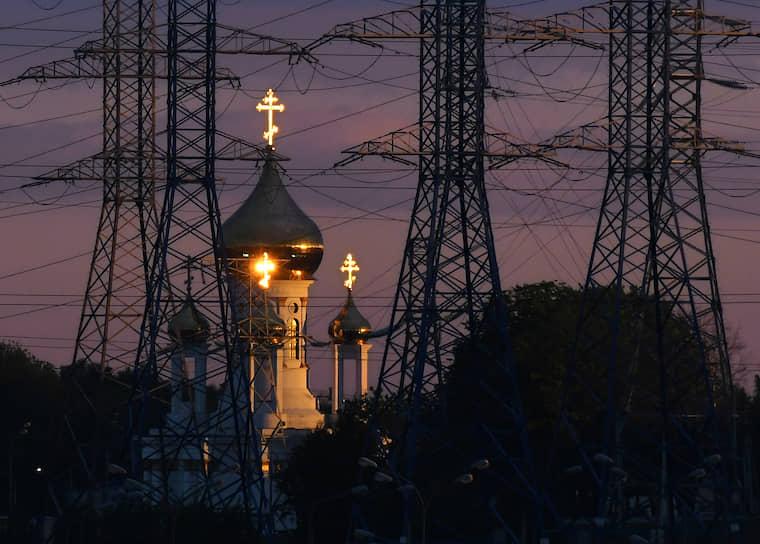 Москва. Церковь и ЛЭП в лучах заходящего солнца