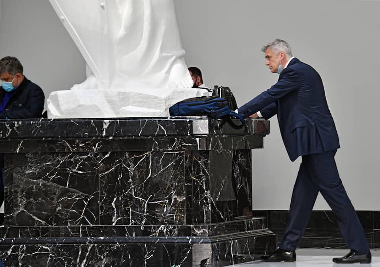 Москва. Основатель инвестиционной компании Baring Vostok Майкл Калви (справа) перед началом заседания суда