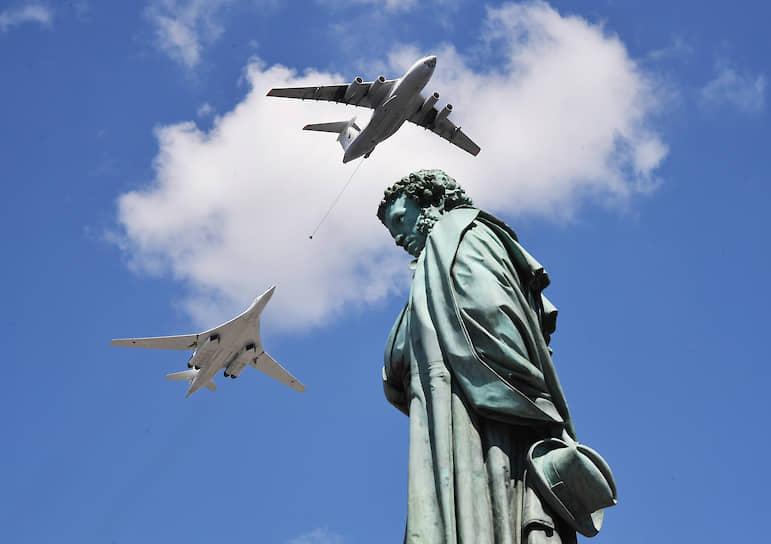 Москва, Россия. Самолеты во время парада в честь 75-летия Победы на Красной площади