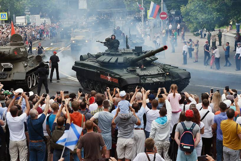 Севастополь. Танки во время парада