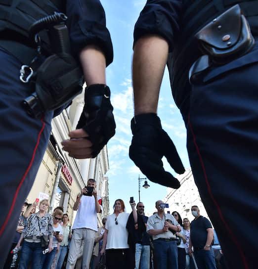 Москва. Сотрудники полиции во время акции протеста на проспекте академика Сахарова