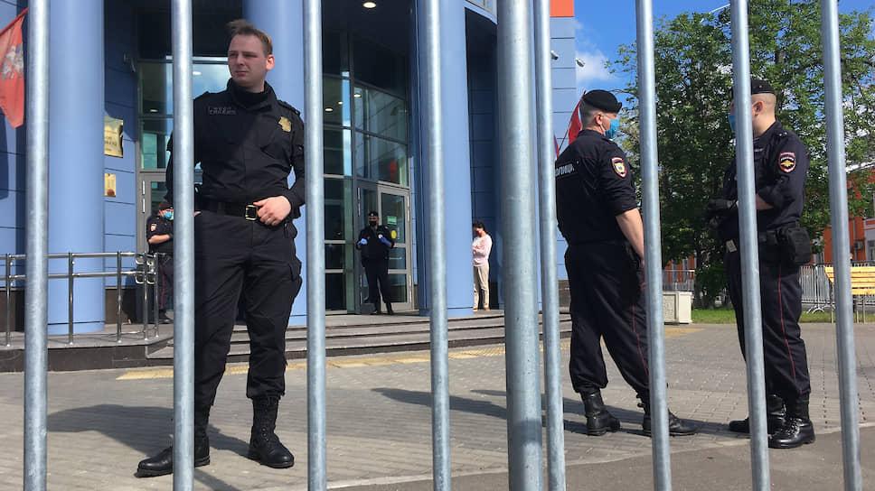 Полицейские перед зданием Мещанского суда