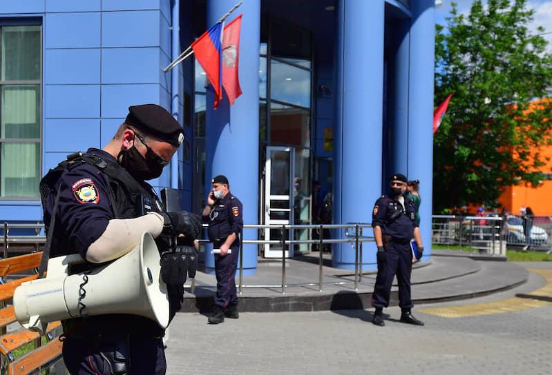 Сотрудники полиции на площади у здания Мещанского райсуда
