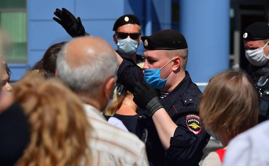 Сотрудники полиции разговаривают с людьми, которые пришли поддержать режиссера