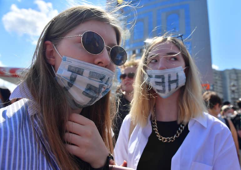 Девушки в масках, пришедшие поддержать режиссера