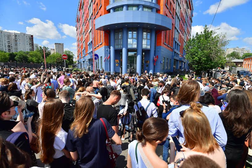 Люди перед зданием суда