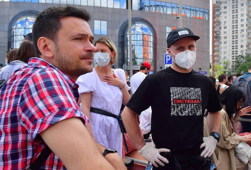 Политик Илья Яшин (слева) и актер Никита Кукушкин у здания Мещанского суда