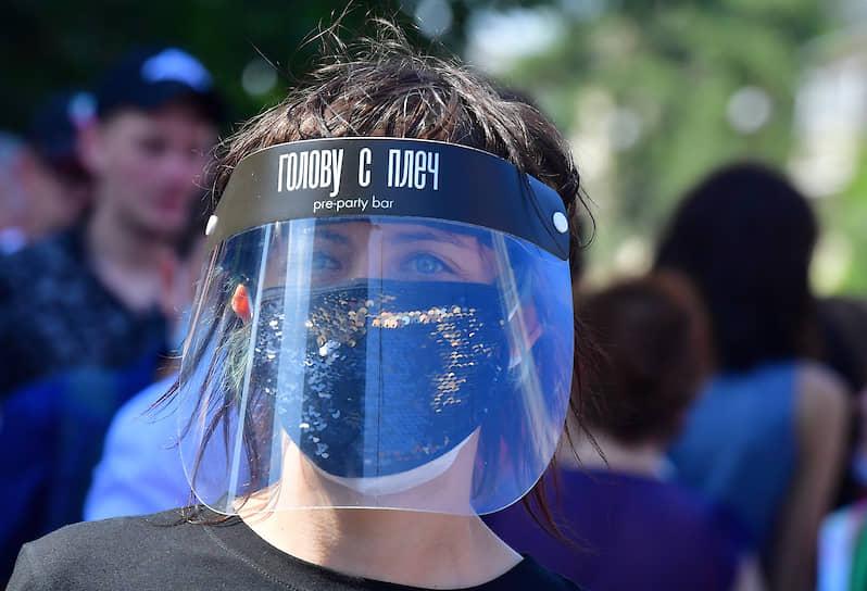 Девушка в маске возле здания суда