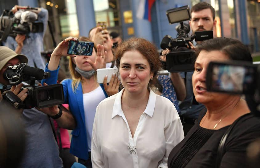 Бывшего директора департамента господдержки искусства Минкульта Софью Апфельбаум (на фото в центре) признали виновной в халатности. Ее освободили от наказания из-за истечения срока давности по этому обвинению