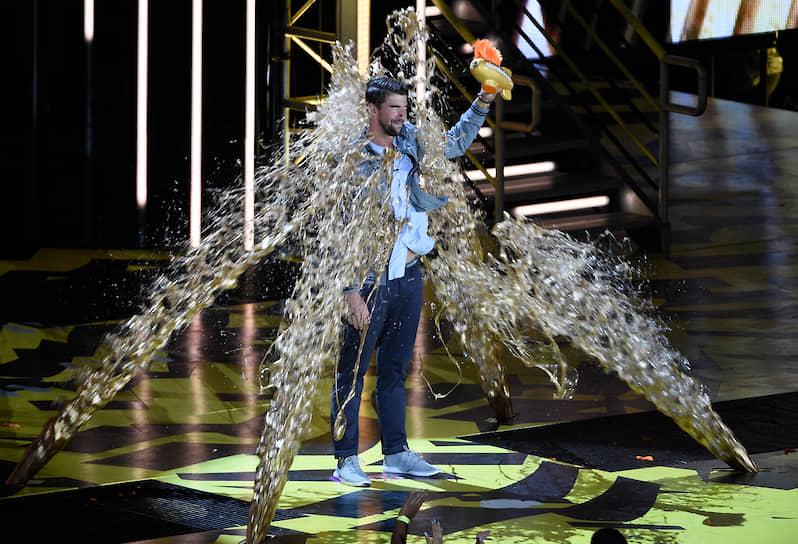 Фелпс неоднократно становился лауреатом спортивных премий и признавался лучшим пловцом мира <br> На фото: Майкла Фелпса обливают золотой краской, когда он получает награду «Легенда» на Kids' Choice Sports в 2017 году