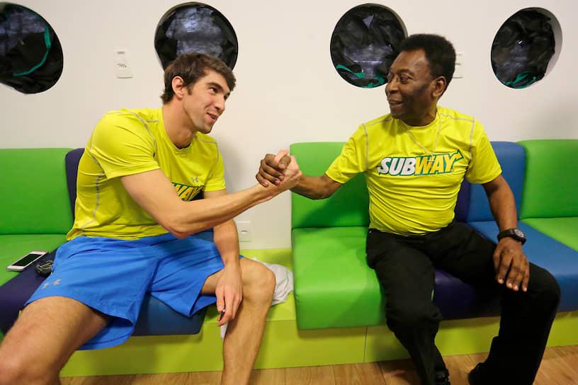 Фелпс заявил о завершении карьеры после Олимпиады в Лондоне, однако в апреле 2014 года он вернулся в профессиональный спорт<br> На фото: Майкл Фелпс с легендарным футболистом Пеле