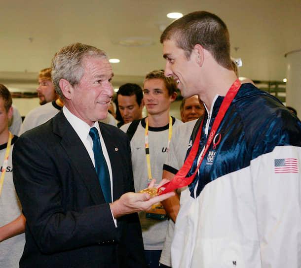 В 2008 году в Пекине Фелпс побил рекорд по количеству золотых медалей (8), выигранных на одной Олимпиаде <br> На фото: президент США Джордж Буш поздравляет Майкла Фелпса с победой
