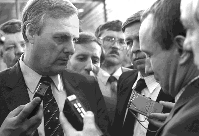 Борис Ельцин с трибуны заявил о выходе из КПСС. Вслед за ним партию покинули ряд других демократических лидеров, в том числе московский и ленинградский градоначальники Гавриил Попов и Анатолий Собчак (на фото)