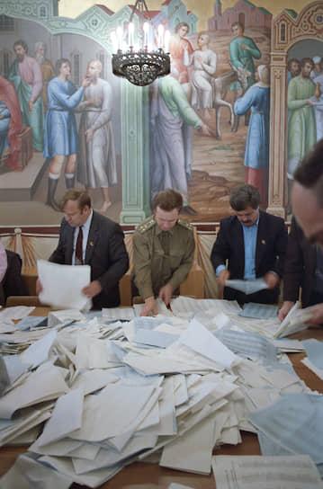 3–14 июля, впервые без кандидатов в члены, пленум ЦК КПСС избрал политбюро ЦК партии, тем самым полностью его обновив, за исключением генсека. В состав политбюро впервые в истории не вошли руководители правительства и главных политических ведомств