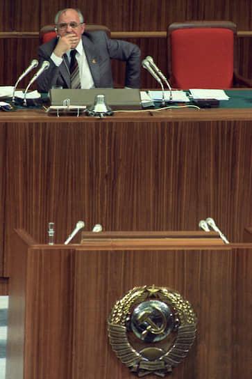 За несколько месяцев до проведения последнего в истории съезда КПСС, в марте 1990 года, III Съезд народных депутатов СССР отменил 6-ю статью Конституции о политической монополии КПСС. На нем же генсек ЦК КПСС Михаил Горбачев безальтернативным голосованием был избран президентом СССР