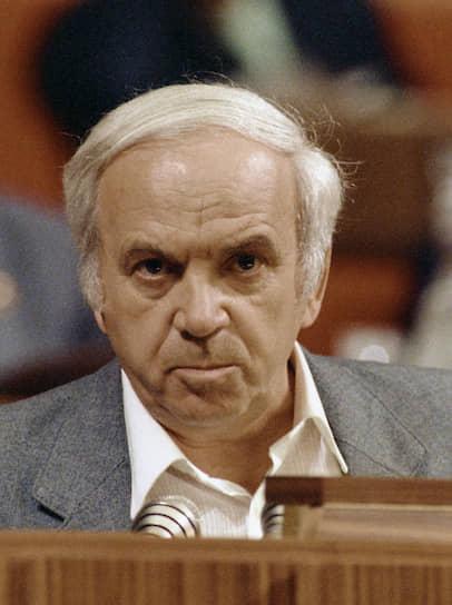 Решением съезда в ходе тайного голосования Михаил Горбачев был переизбран на пост генсека. Из 4683 делегатов против проголосовали 1116 человек. За альтернативную кандидатуру — народного депутата Теймураза Авалиани (на фото) — был 501 человек, против — 4026 человек