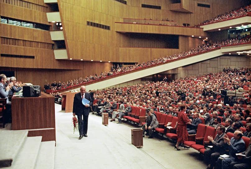 В своей заключительной речи при закрытии съезда Михаил Горбачев подчеркнул, что партия «должна решительно и без опоздания перестраивать всю свою работу и все структуры на базе нового устава и программного заявления съезда с тем, чтобы в новых условиях эффективно выполнять свою роль партии авангарда»